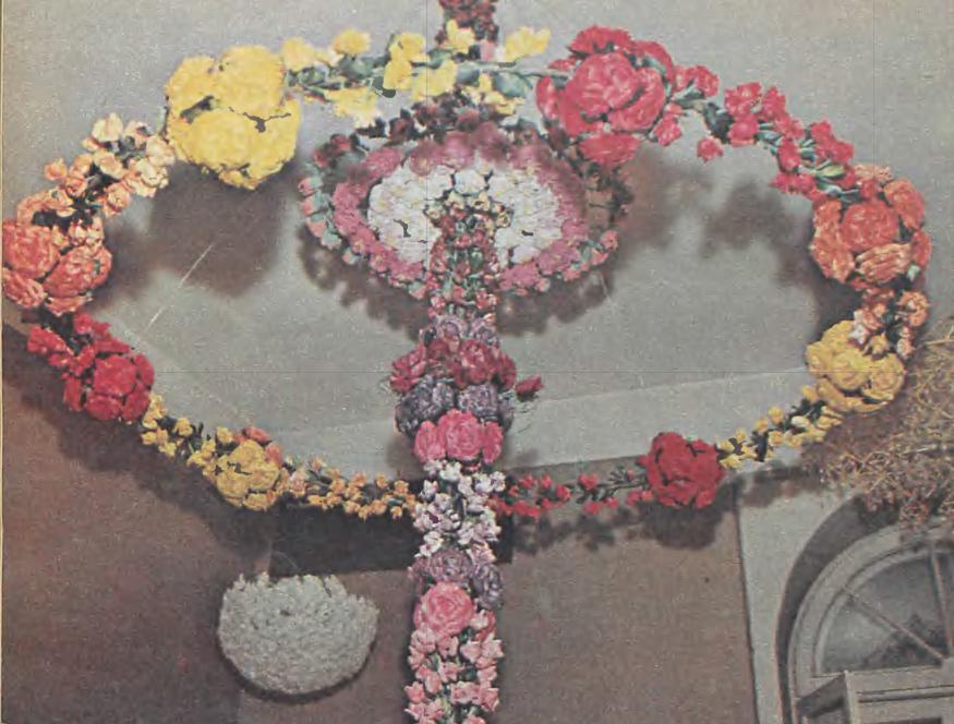 Kolorowy wieniec z kwiatów wykonanych z wiórów osikowych