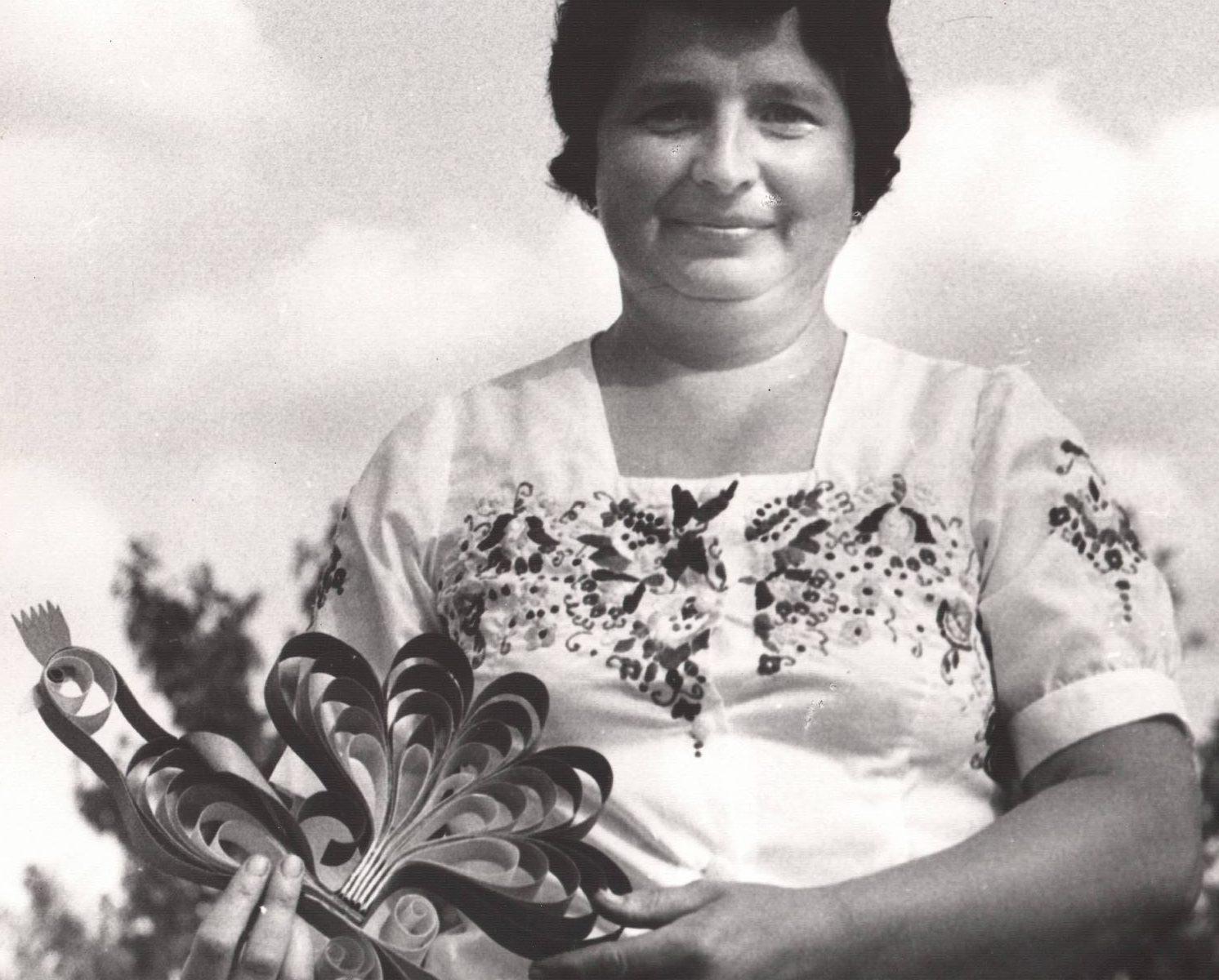 Kobieta z wiórkowym kogutem w rękach