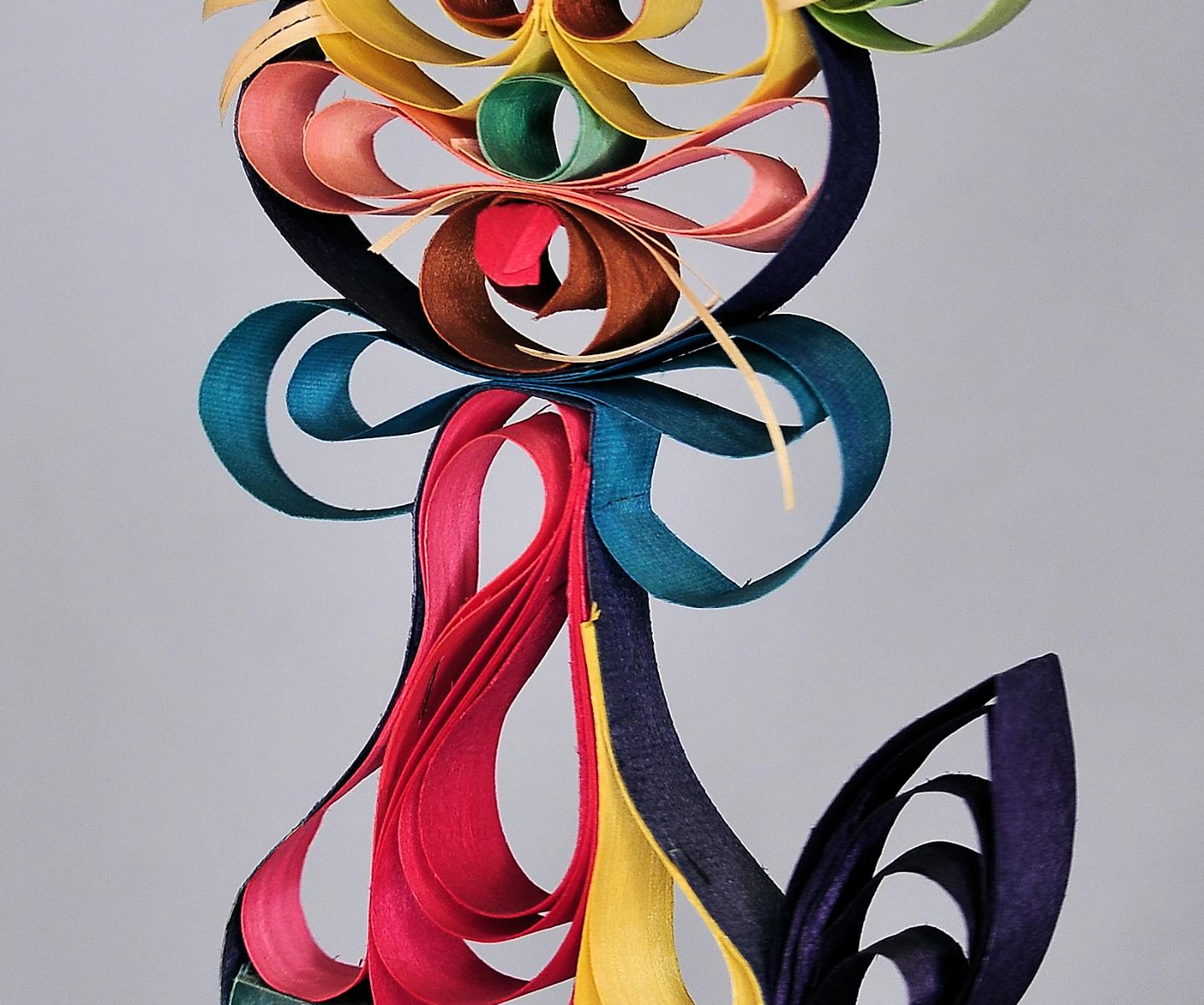 KOt wykonany z kolorowych wiórków osikowych