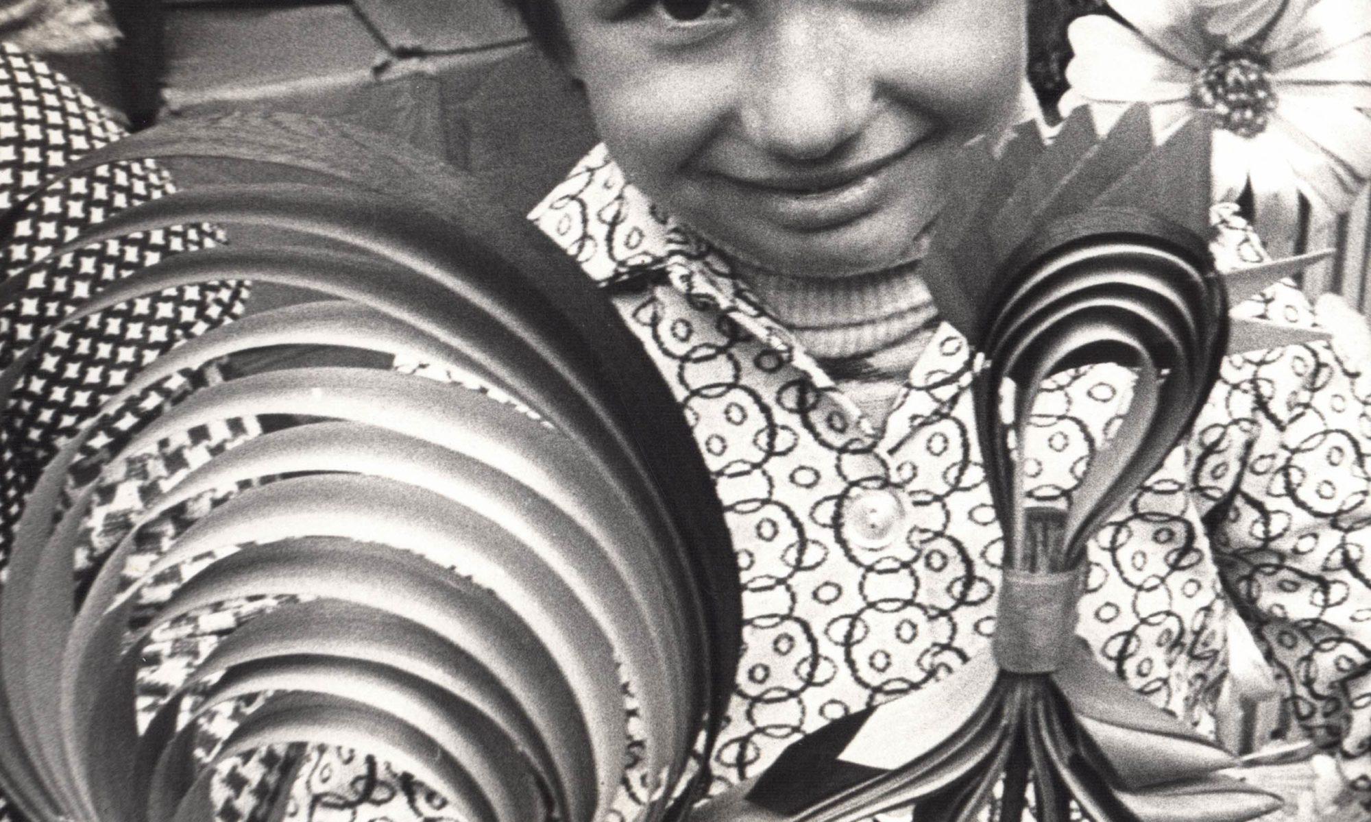 Fotografia czarno-biała prezentująca dziecko z osikowym kogucikiem