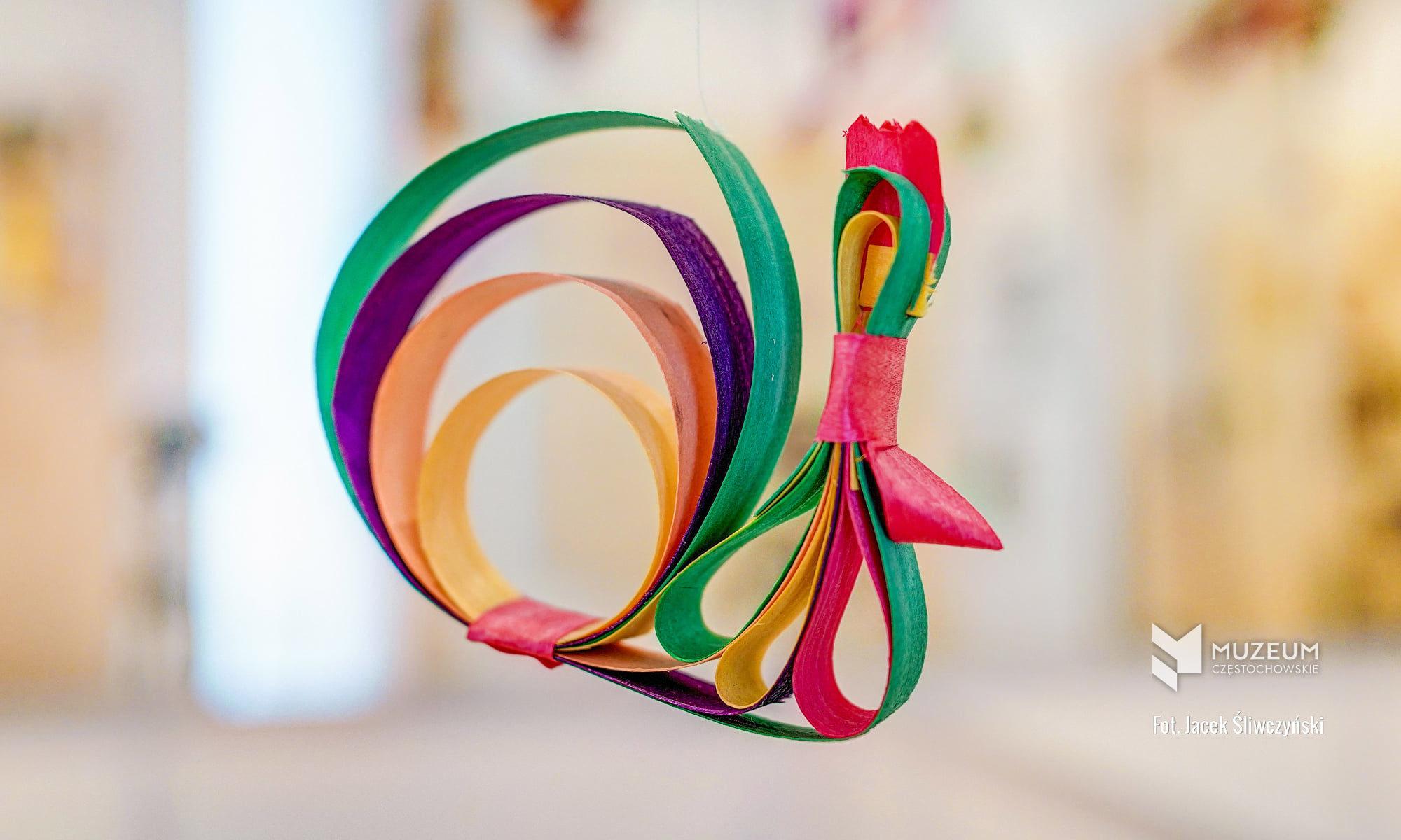 Kogucik z kolorowych wiórków osikowych
