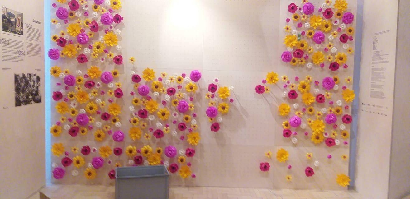 Ściana z kwiatów na wystawie, część aranżacji